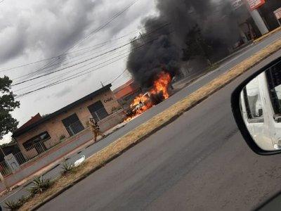 Automóvil ardió en llamas en Asunción