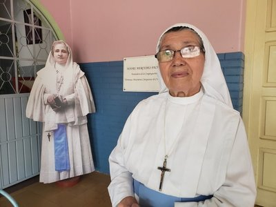 A sus 84 años, no se cansa de vestir a la Virgen de Caacupé