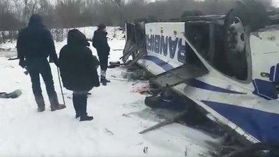 Rusia: 19 personas fallecidas tras la caída de un bus a un río congelado.