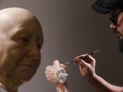 Escultura hiperrealista muestra la soledad de los adultos mayores