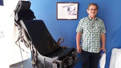 La silla de un piloto que destaca en el museo de la Basílica