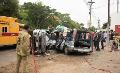 Cuatro fallecidos en vuelco y choque de vehículos