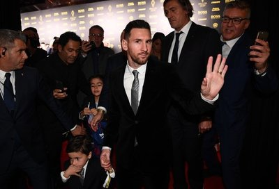 Lionel Messi recibe su sexto Balón de Oro