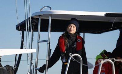 Greta Thunberg llegó a Lisboa tras 20 días en el Atlántico e irá en tren a Madrid