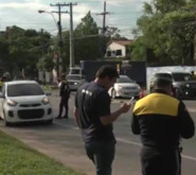 Mujer casi arrolla a agentes de tránsito