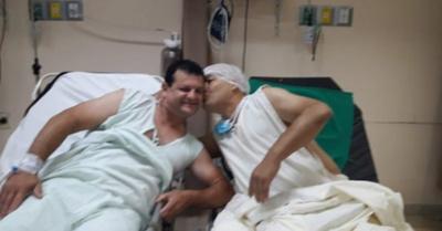 Su primo le donó su  riñón y le dio un beso