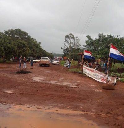 Continúa cierre de ruta en Puerto Indio