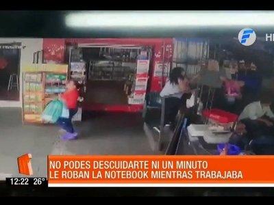 Doña robó la mochila de un trabajador que ayudaba a su compañero