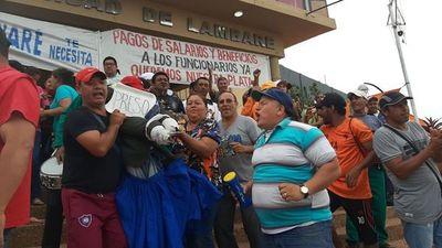 Funcionarios de Lambaré festejan frente a la Municipalidad la detención del intendente