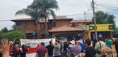Seguidores de Paraguayo Cubas se manifestaron frente a la casa de Blas Llano