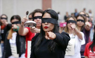 """Periodistas colombianas replican la coreografía de  """"Un violador en tu camino"""""""