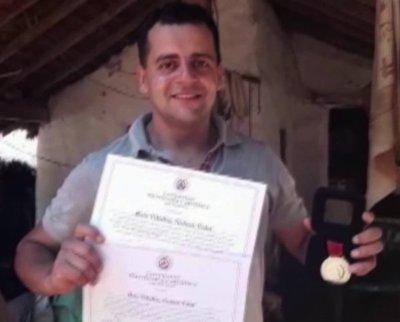 Vendía chipas, ahora es un flamante profesor medalla de oro