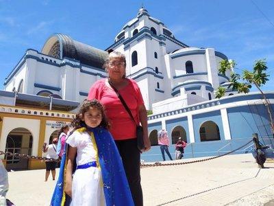 Viste a su nieta de azul para llegar junto a la Virgen de Caacupé