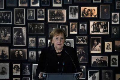 """La memoria de los crímenes nazis es """"inseparable"""" de la identidad alemana, dice Merkel"""