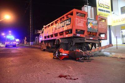 Motociclista fue reanimado y está grave, tras chocar contra un camión