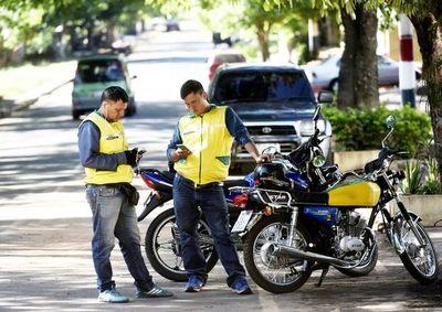 En motocicleta ayudan a cumplir las promesas