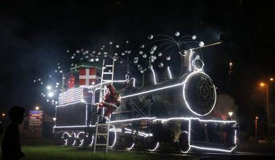 Ornamentan antigua locomotora con luces led, Papá Noel, regalos y burbujas
