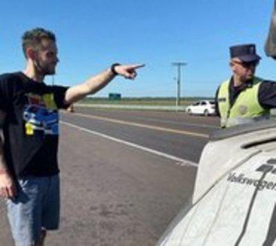 Corredor de autos estadounidense denuncia supuesta coima de Policía