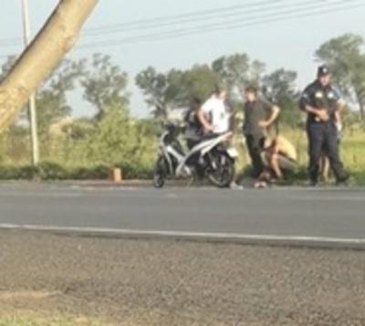 Bebé fallece arrollado tras caer de moto