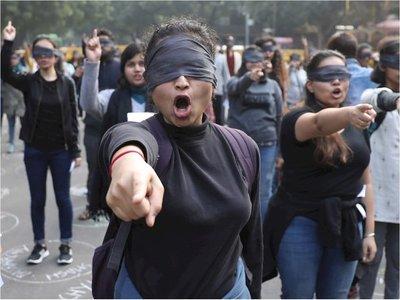 """""""El violador eres tú"""" llega a una India conmocionada por violaciones"""