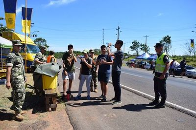 Una gran cantidad de voluntarios ayuda a peregrinos