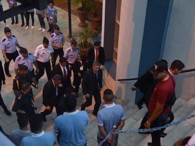 Mario Abdo llega a Caacupé en medio de abucheos