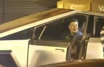 Captan a Elon Musk conduciendo laCybertruckpero termina arrollando una señalética