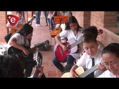 ALUMNOS DE CURSO DE GUITARRA DEL CEMA, CIERRAN EL AÑO CON UN CONCIERTO.