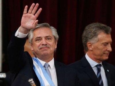 Fernández asume en la Argentina y promete combatir la pobreza