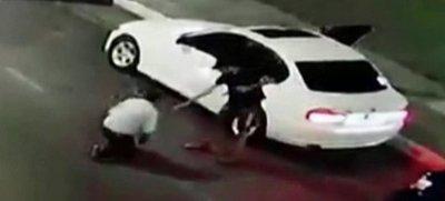 Le obligó a poner en marcha el vehículo para robarle