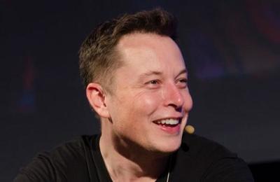 La inédita foto que muestra a Elon Musk reparando su auto con chatarra