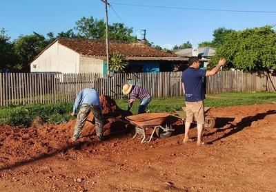 Autogestión: vecinos reparan calle con asadas y palas