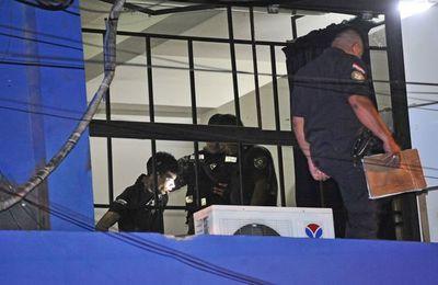 Capturan a un delincuente que trepó columna para robar un local