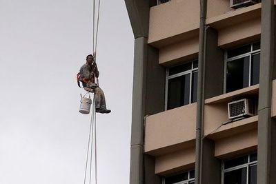 Pintor quedó atascado a la altura del piso 17 de edificio céntrico
