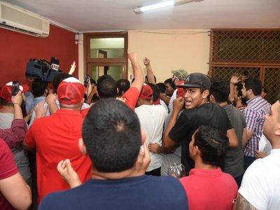 Incidentes en sede de la ANR tras postergación de elecciones juveniles