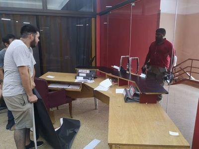 Jóvenes toman Junta de Gobierno tras postergación de elecciones