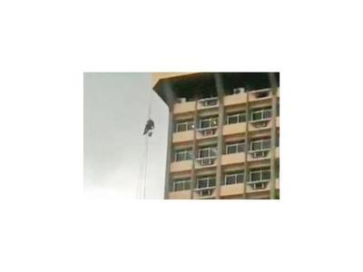 Pintor queda colgado  en lo alto de edificio