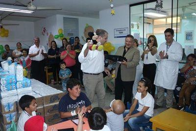 Donación y alegría en pabellón de niños con leucemia de Clínicas