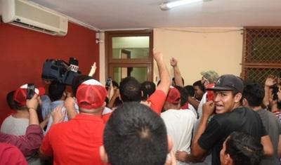 Apoderado de ANR presenta denuncia contra jóvenes que incidentaron Junta de Gobierno
