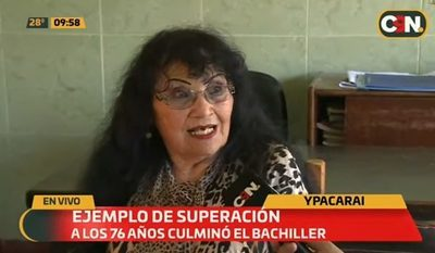 Mujer termina su bachillerato a los 76 años