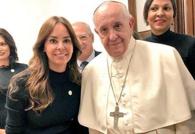 Francisco vuelve a ponderar a la mujer paraguaya, cuenta la Primera Dama