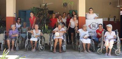 Abuelitas reciben momento de alegría y claman por más visitas