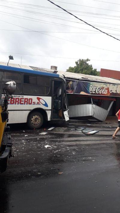 Alocada carrera de buses deja lesionados y daños materiales tras choque