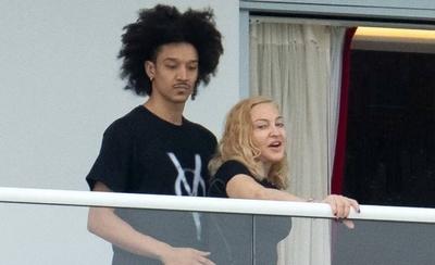 HOY / Madonna, de 61 años, 'anda' con joven de 25 y desata todo tipo de comentarios en el mundo