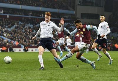 Aston Villa abusa de un Liverpool plagado de juveniles