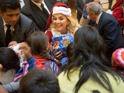 """Disfrazada de """"Mamá Noel"""", repartió regalos la presidenta de facto de Bolivia"""