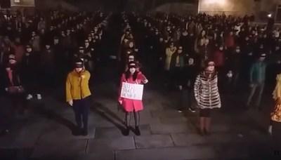 """""""Machista"""" irrumpió durante himno feminista"""