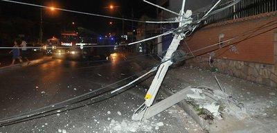 Imprudente al volante causa accidente y deja a todo un barrio sin luz