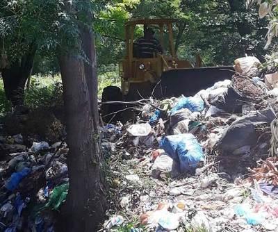 Municipio limpia basural cerca del Hospital de Luque •