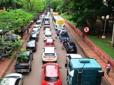 Caótico ingreso al microcentro de CDE por  lenta circulación de los vehículos